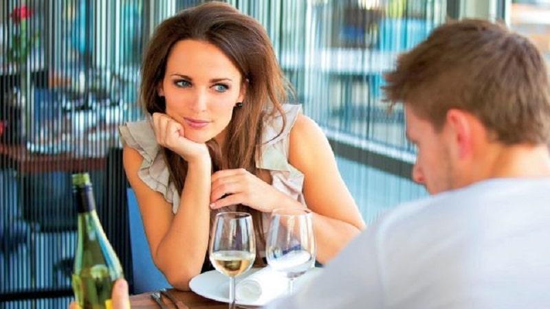Comment savoir si on plait à un homme en couple