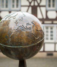 boule qui représente une boule en bronze dans le monde et en Italie